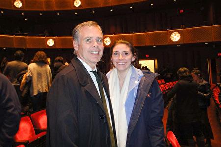1月11日,知名投資家Peter Scaturro先生表示,神韻明年再來紐約時,他還會帶著家人再來林肯中心觀賞,圖為Scaturro先生和女兒。(滕冬育/大紀元)