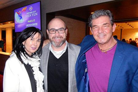 2019年1月19日晚,密歇根州銀行總裁兼CEO Ronald Justice(中)結伴紐約知名銀行諮詢公司Invictus Group首席營收官George D. Callas(右)和Mora Schley女士,在紐約林肯中心觀賞了神韻演出。(衛泳/大紀元)