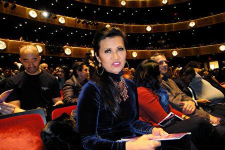 紐約知名攝影師Asia Lee女士觀賞了1月19日晚神韻在紐約的演出。(滕冬育/大紀元)