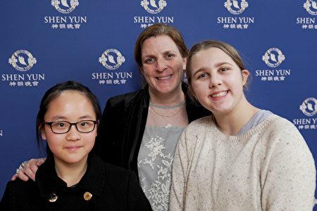 1月19日,大都會歌劇院法國號手Barbara Jostlein Currie和女兒觀看了神韻紐約藝術團在林肯中心的第十三場演出,她讚歎神韻「是一場毫無瑕疵的美好演出」,並表示「非常開心能欣賞到這場演出。」(新唐人電視台)
