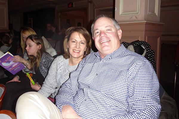 2月9日,富國銀行資深副總裁John Brady(右)和妻子Bridge Brady,一同觀看了神韻巡迴藝術團在費城瑪麗安劇院的演出。(良克霖/大紀元)