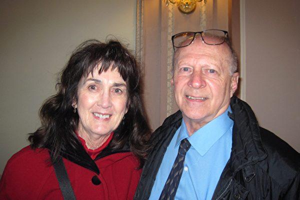 2月13日下午,Rick Trader與太太Mary Trader觀看神韻巡迴藝術團在費城瑪麗安劇院的第五場演出,讚歎神韻展示的正統中國文化。(童雲/大紀元)