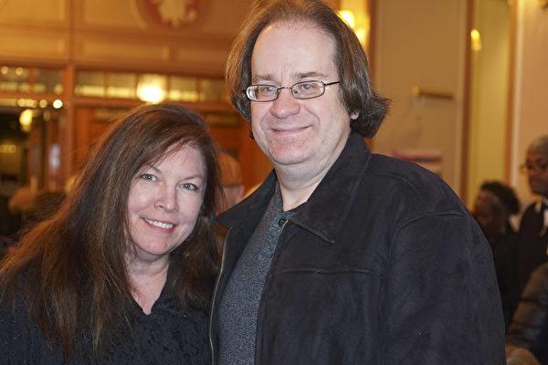 2月13日晚,格萊美得主、音樂製作家Kevin Mackie(右)和女友Jill Miller觀看了神韻巡迴藝術團在費城瑪麗安劇院(Merriam Theater)的第六場演出。(肖捷/大紀元)
