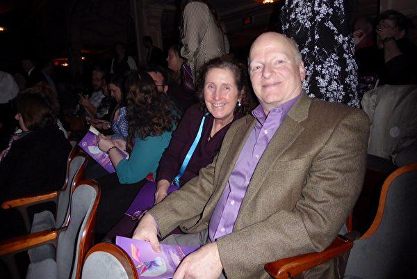 2月16日晚,全球知名信息技術公司Unisys Corporation北美技術總監Mike Wirshup偕妻子觀看神韻在費城的第十場演出,作為慶祝妻子生日的禮物。 (良克霖/大紀元)