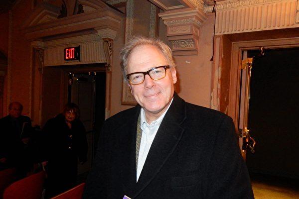 2月16日晚,常春藤名校賓夕凡尼亞大學化學系主任David Christianson在美國費城瑪麗安劇院觀看了神韻2019年度在當地的第十場演出。(衛泳/大紀元)