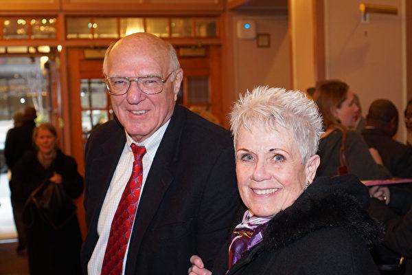 2月27日下午,慈善基金會主任Patricia Anderson和先生於費城共同欣賞了神韻演出,盛讚神韻演出的精神內涵。(肖捷/大紀元)