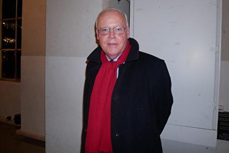 2月28日晚,銀行財務總監Bert Te Kaath在日內瓦BFM劇院觀看神韻演出。(張妮/大紀元)
