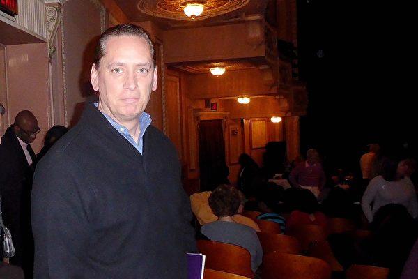 3月1日晚,全球最大投資管理公司黑石集團(BlackRock, Inc.)董事總經理Michael Debevec在費城觀看神韻演出後讚不絕口。(良克霖 /大紀元)