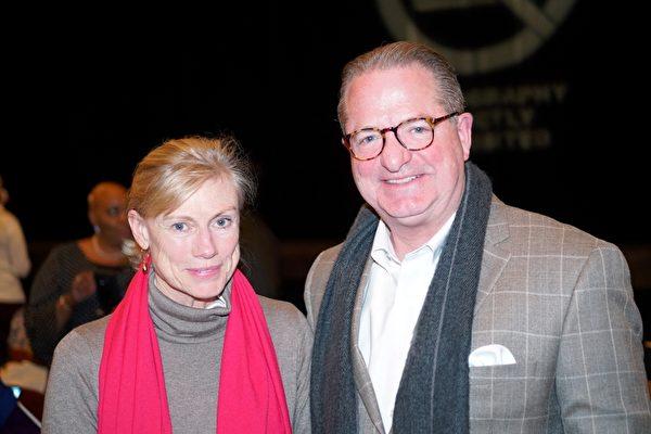 3月1日晚,費城托馬斯‧傑斐遜大學醫學院執行副總裁Chuck Lewis和大學戲劇教授Anne Lewis首次觀看神韻演出。(肖捷/大紀元)