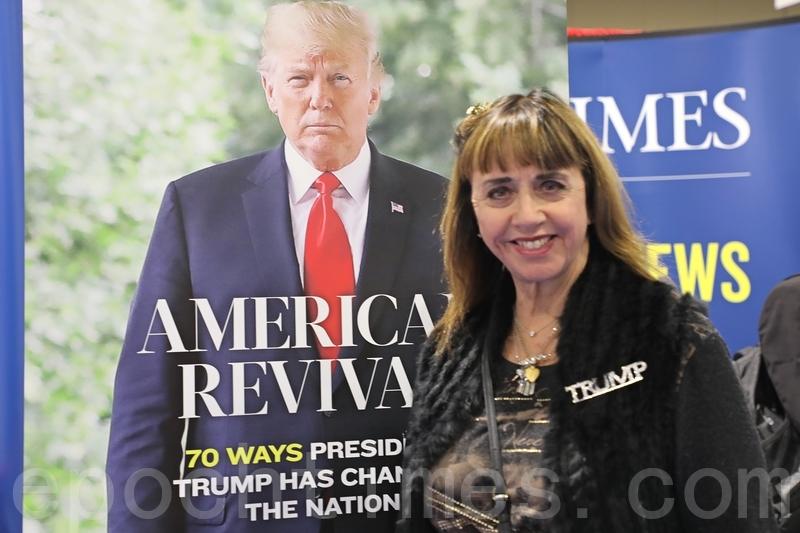 Carolyn Morris女士在CPAC展會上讀到大紀元時報,立即決定訂閱,她認為報道「非常真實」。(林樂予/大紀元)
