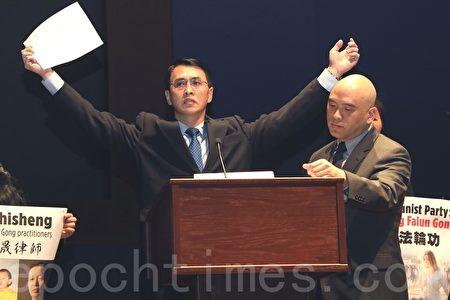 法輪功學員於溟曾在新聞發佈會上演示中共監獄的「吊銬」酷刑,他曾被這一酷刑持續折磨長達一個月。(林樂予/大紀元)