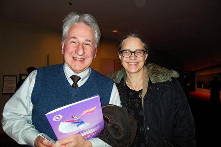 3月8日晚間,專業歌劇演唱家、Associated Solo Artists等多家非牟利機構主席兼首席執行官John Cimino偕太太來到林肯中心大衛寇克劇院,觀賞了神韻紐約藝術團的演出。(李辰/大紀元)