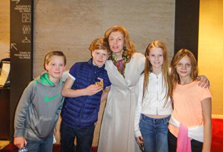 俄羅斯籍知名影星Amaliya Mordvinova,3月9日下午,帶領10多名孩子前往紐約林肯中心觀賞神韻演出,她讚歎神韻是「最高水準演出,帶我入仙境」。(滕冬育/大紀元)
