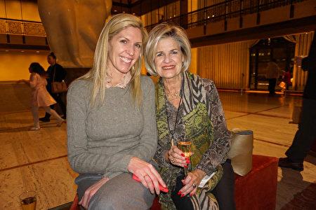 美國女性奢侈時裝公司Worth Collection創始人Kathy Mestl(右)和女兒觀看了神韻紐約藝術團於3月12日晚上在林肯中心大衛寇克劇院的今年3月份的第八場演出。(林南宇/大紀元)