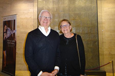 著名設施規劃師、建築師Fritz Reuter和律師太太Ingrid一同觀賞了神韻紐約藝術團3月13日下午在林肯中心大衛寇克劇院的演出。(滕冬育/大紀元)