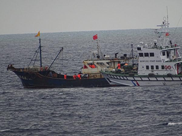 海巡查获陆船越界捕鱼 人船押返高雄侦办