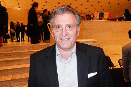 3月13日晚,紐約連鎖酒品商店Fairway Wines & Spirits的總經理Anthony Nizzardo讚賞神韻博大精深、精神信息令人產生共鳴。(衛泳/大紀元)