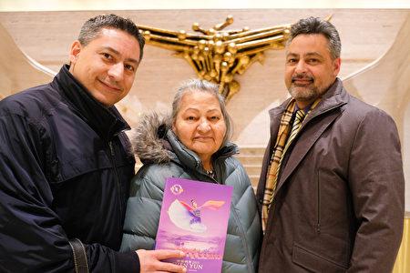 3月13日晚,紐約哥倫比亞大學行政執行總監Miguel Pagan(右)和弟弟Abraham Pagan及母親一起,於林肯中心大衛寇克劇院觀看了神韻演出。(何藝/大紀元)