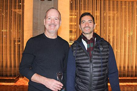 2019年3月13日晚,文案作家Scott Corrigan(左)與傢俬設計師Gilberto Oliveros來到林肯中心,觀賞神韻紐約藝術團的演出。(賈誼/大紀元)