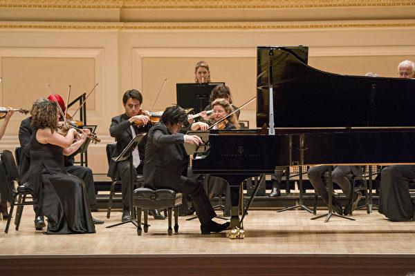 日本鋼琴家辻井伸行與奧菲斯室內樂團共同演出資料照。(Zach Alan、Molina Visuals提供)