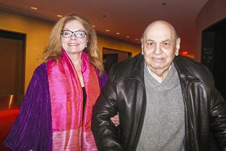 3月16日下午,紐約與新澤西州港口事務管理局市場溝通部門總經理Ray Ann Hoffmann(左)與前電腦分析師Joe Sansevero觀賞神韻演出。(李辰/大紀元)