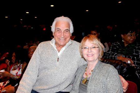 3月16日晚,紐約州長島納蘇郡(Nassau)著名律師,郡共和黨委員會副主席Gregory P. Peterson和太太再次來到紐約林肯中心欣賞神韻紐約藝術團的演出,盛讚神韻非常觸動人心。(衛泳/大紀元)