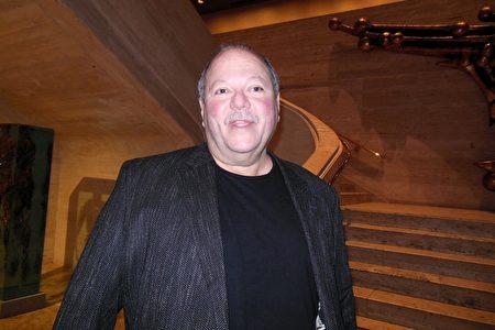 3月16日晚,紐約LED燈具經銷商總裁Steve Cotsalas在紐約林肯中心大衛寇克劇院觀看神韻紐約藝術團演出。(李辰/大紀元)