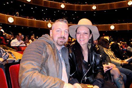 畫家AnnCharlotte Tavolacci女士和Larry Williams先生觀看了2019年3月16晚在紐約林肯中心大衛寇克劇院的神韻演出,她讚美神韻色彩華美,視覺效果突出,讓她如醉如癡。(滕冬育/大紀元)