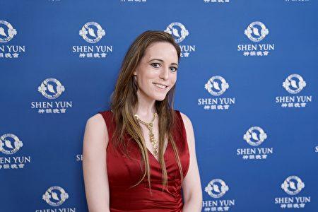 3月16日晚,知名跨國投資銀行副總裁Meghan Gibbons慕名觀賞了林肯中心的神韻演出。(新唐人電視台)