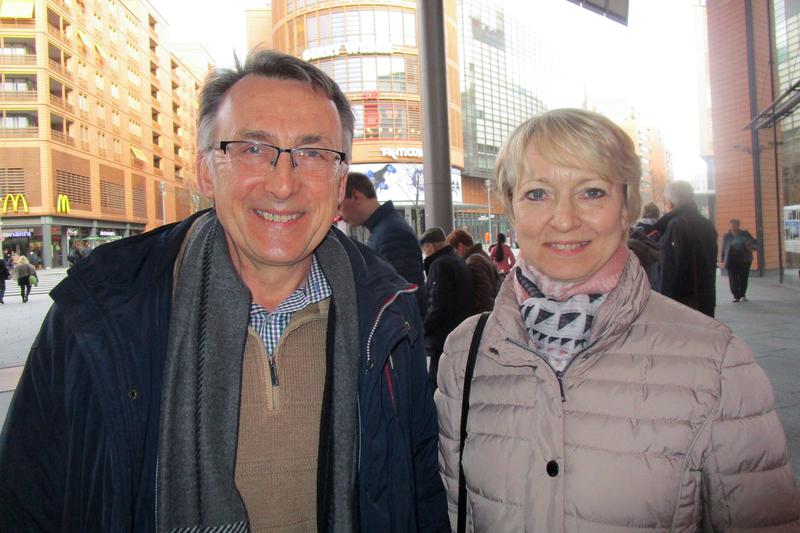2019年3月23日在柏林波茨坦廣場劇院,國際大公司的能源經理Herbert Przibylla和Ursula Kischel女士一起觀賞了美國神韻紐約藝術團的演出。(Nina Hamrle/大紀元)