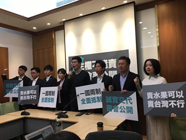 台灣高雄市長韓國瑜3月22、23日接連訪問澳門、香港等地的中聯辦,對此,8名新生代議員24日召開記者會,要求韓國瑜公開密會的過程。(中央社提供)