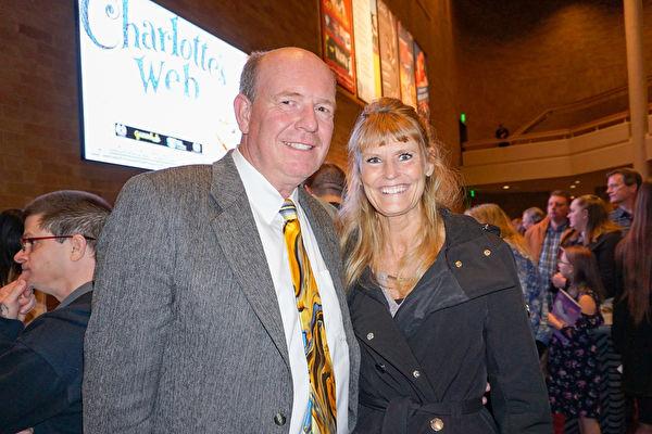 3月26日晚,愛達荷州眾議院多數黨領袖Mike Moyle先生和夫人愛達荷州稅務委員會委員、前州眾議員Janet Moyle一起觀看了神韻北美藝術團今年在博伊西莫瑞森表演藝術中心的首場演出。(林南宇/大紀元)