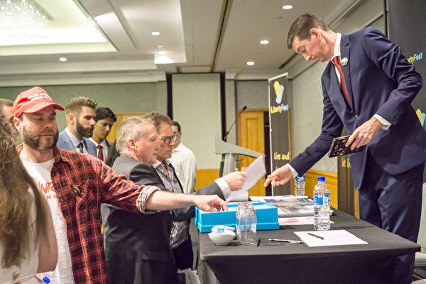 2019年3月9日,西澳企業家哈奇森應邀在保守人士舉辦的自由節日(LibertyFest)會議上演講。演講結束後,聽眾向哈奇森索取各種資料,進一步了解中共對法輪功團體的迫害及中共在全球的滲透。(周鑫/大紀元)