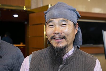 南韓知名的漢學者、漢學教育家兼詩人金鳳坤在南韓清州藝術殿堂,觀賞了神韻演出。(全景林/大紀元)