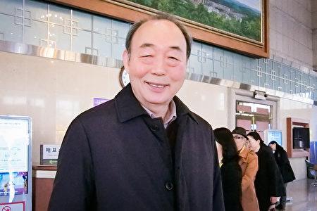 南韓藝術文化團體總聯合會忠清北道聯合會長任承彬在南韓清州藝術殿堂,觀看了神韻演出。(戴德蔓/大紀元)