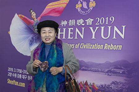 隨筆家、詩人、忠清北道詩人協會副會長樸鍾順在南韓清州藝術殿堂觀看了神韻演出。(全景林/大紀元)