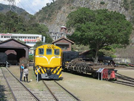 來車埕的遊客可以欣賞到骨董火車廂,也可逛逛懷舊的木造車站,感受深刻的鐵道懷舊風情。