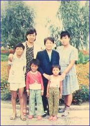 相片從左至右:姐姐朱娥、母親降麗范、妹妹朱豔。被迫害的兩個孩子(兩個小的)曹陽(男孩)、曹月(女孩)。(明慧網)