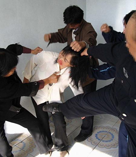 中共酷刑折磨示意圖:毒打。(明慧網)