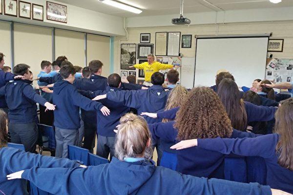 該校即將參加高考的六年級學生們學煉法輪功功法。(明慧網)