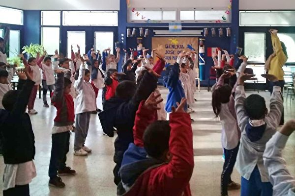 在阿根廷索拉諾鎮的一所學校裏,孩子們學煉法輪功功法。(明慧網)