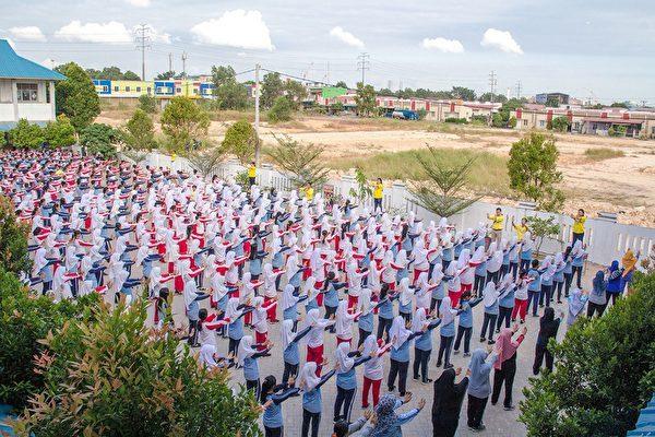 印尼巴淡島第38國立中學大約五百多名師生學煉法輪功。(明慧網)