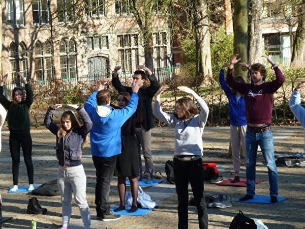萊頓大學心理學系的48名大學生學煉法輪功。(明慧網)