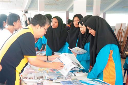 集體煉功過後,學生們紛紛到法輪功展位進一步了解法輪功。(明慧網)