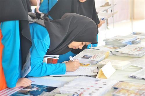 學生簽名支持舉報迫害法輪功的元兇、中共前黨魁江澤民,制止中共迫害法輪功。(明慧網)