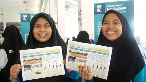 學生Arissa(右)與友人Zuhayra(左)共同學煉了法輪功,她們開心地分享煉功體會。(明慧網)