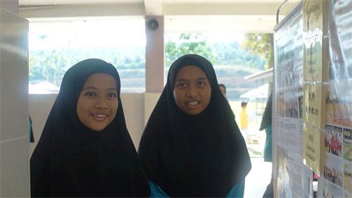 學生Farrah(左)與友人Sofea(右)也分享了她們學煉法輪功後的體會。(明慧網)