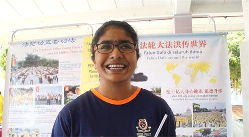 學生Yoshinee表示:「我們必須廣傳這個法輪大法,讓人們都來學煉,讓人們都有一顆善良的心。」(明慧網)