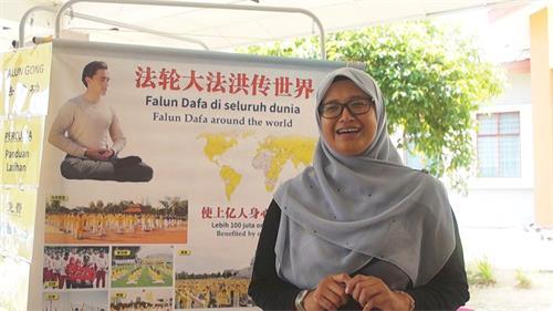 老師Azlina感謝法輪大法學會的到來,給學生們做功法示範。(明慧網)
