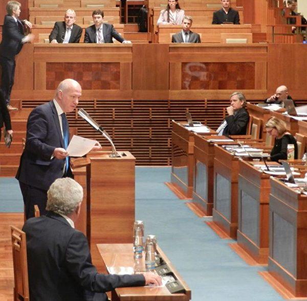 捷克參議員帕維爾‧費捨爾(Pavel Fischer)(左站立者)在參議院發言。(明慧網)